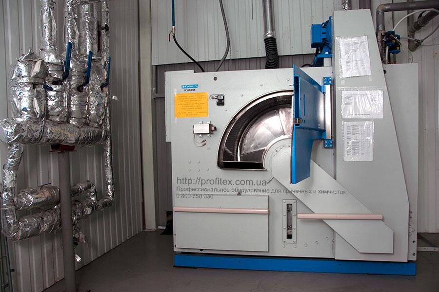Промышленные стиральные машины большой загрузки для прачечной и химчистки. Промышленный прачечный комплекс БЛЕСК, Украина, Киев. На фото барьерная стиральная машина JENSEN для медицинского белья, блок выгрузки чистого белья.