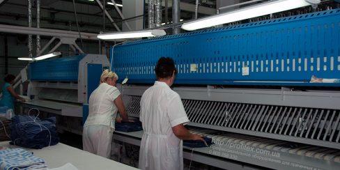 Оборудование для промышленной и коммерческой прачечной. Промышленный прачечный комплекс БЛЕСК, Украина, Киев. На фото автоматические складыватели прямого белья JENSEN Германия.