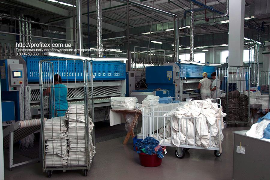 Профессиональные складыватели и штабелеры для прачечных и химчисток. Промышленный прачечный комплекс БЛЕСК, Украина, Киев. На фото автоматические складыватели прямого белья JENSEN Германия.