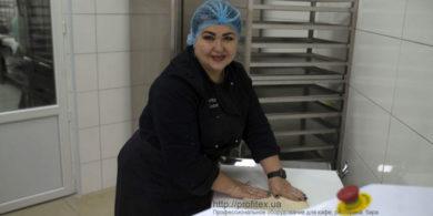 Хлебопекарное и кондитерское оборудование. Кафе-пекарня «Chef's Bakery Пекарня от шефа», Украина, Сумы. На фото тестораскаточная машина Rollmatic (Италия).