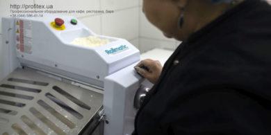 Комплект профессионального оборудования для мини пекарни. Кафе-пекарня «Chef's Bakery Пекарня от шефа», Украина, Сумы. На фото тестораскаточная машина Rollmatic (Италия).