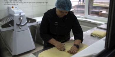 Оборудование для производства теста и изделий из теста. Кафе-пекарня «Chef's Bakery Пекарня от шефа», Украина, Сумы. На фото тестораскаточная машина Rollmatic (Италия).