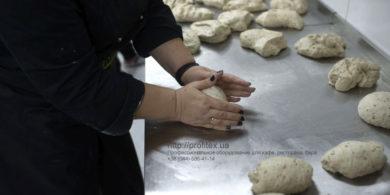 Открыть пекарню и мини-пекарню с нуля. Кафе-пекарня «Chef's Bakery Пекарня от шефа», Украина, Сумы. На фото тесто для хлеба.