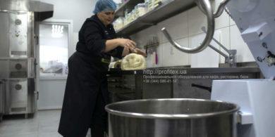Тестомесильные машины, миксеры, тестомесы профессиональные промышленные, просеиватели муки. Кафе-пекарня «Chef's Bakery Пекарня от шефа», Украина, Сумы. На фото этап производства хлеба.