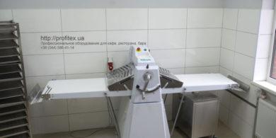 Профессиональное оборудование для работы с тестом для кафе, пекарни, ресторана. Кафе-пекарня «Chef's Bakery Пекарня от шефа», Украина, Сумы. На фото тестораскаточная машина Rollmatic (Италия).