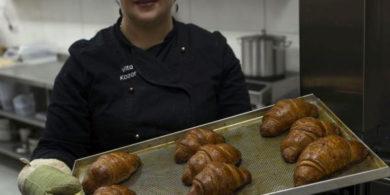 Свой бизнес по производству круассанов. Кафе-пекарня «Chef's Bakery Пекарня от шефа», Украина, Сумы. На фото этап технологии производства круассанов.