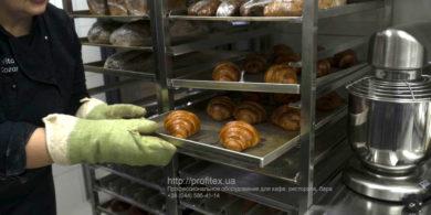 Оснащение кухни кафе, пекарни, ресторана профессиональным оборудованием от PROFITEX. Кафе-пекарня «Chef's Bakery Пекарня от шефа», Украина, Сумы. На фото тележки шпильки для противней.