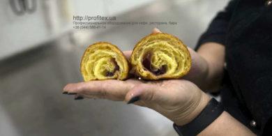 Оборудование для кондитерского и хлебопекарного производства. Кафе-пекарня «Chef's Bakery Пекарня от шефа», Украина, Сумы. На фото круассан из ассортимента пекарни.