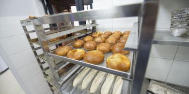 Профессиональное оборудование для пекарни, кондитерской, кафе, закусочной. Кафе-пекарня «Chef's Bakery Пекарня от шефа», Украина, Сумы. На фото тележки шпильки для противней.