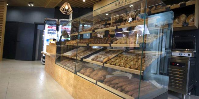 Открыть пекарню с оборудованием от PROFITEX. Кафе-пекарня «Chef's Bakery Пекарня от шефа», Украина, Сумы. На фото хлебные витрины кафе-пекарни.