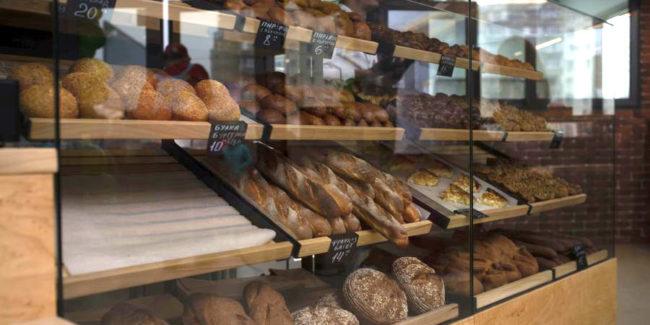 Профессиональное оборудование для работы с тестом для кафе, пекарни, ресторана. Кафе-пекарня «Chef's Bakery Пекарня от шефа», Украина, Сумы. На фото витрина для хлеба и выпечки.