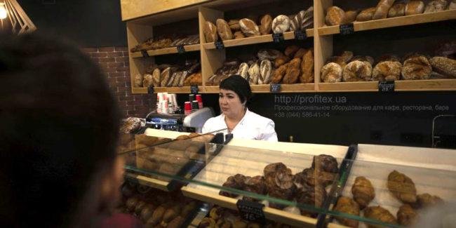 Подбор и установка профессионального оборудования для пекарни, кондитерской, ресторана, кафе и бара. Кафе-пекарня «Chef's Bakery Пекарня от шефа», Украина, Сумы. На фото хлебные витрины и витрины для выпечки кафе-пекарни.