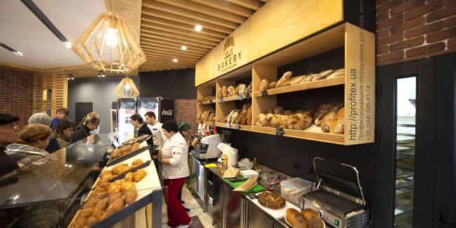 Комплексное оснащение профессиональной кухни пекарни, ресторана, кафе, бара, кондитерской. Кафе-пекарня «Chef's Bakery Пекарня от шефа», Украина, Сумы. На фото прикассовая зона и прилавки кафе-пекарни.