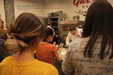 Подбор и установка конвекционных печей для кухни ресторана и кафе, пиццерии, пекарни, кондитерской. Мастер-класс ВСЕ О РЖАНОМ ХЛЕБЕ 10-11 февраля 2020, Киев. На фото участники мастер-класса с бренд-шефом PROFITEX GROUP Витой Козар и пекарем-ремесленником Игорем Лаврешиным.