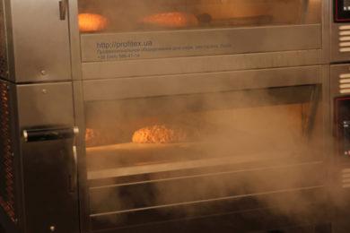 Печи профессиональные для кухни ресторана, бара, кафе, пиццерии, пекарни, булочной. Мастер-класс ВСЕ О РЖАНОМ ХЛЕБЕ 10-11 февраля 2020, Киев. На фото выпекание ржаного хлеба в печи Eurofours.