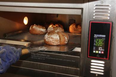 Выбор профессиональной печи для выпечки для пекарни, кондитерского цеха, булочной. Мастер-класс ВСЕ О РЖАНОМ ХЛЕБЕ 10-11 февраля 2020, Киев. На фото выпекание ржаного хлеба в печи.