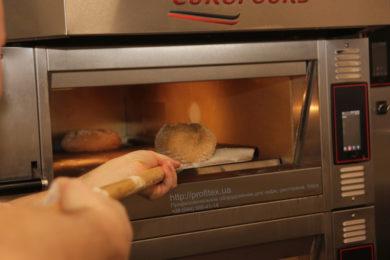 Печи для пекарни и кондитерского цеха. Мастер-класс ВСЕ О РЖАНОМ ХЛЕБЕ 10-11 февраля 2020, Киев. На фото выпекание ржаного хлеба в печи Eurofours.