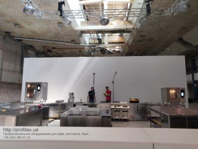 Профессиональное кухонное оборудование в аренду от PROFITEX. POP UP ГАЛА УЖИН Kiev Wine, Киев. На фото монтаж оборудования и комплектация кухни для гала-ужина.