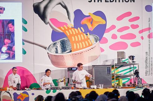 Профессиональное кухонное оборудование для кулинарных мастер-классов. Шоу кухня на сцене конгресса шеф поваров FONTEGRO, Киев. На фото выступление шеф-поваров из разных стран.