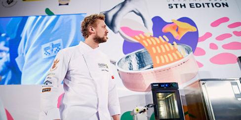 Пароконвекционные печи MyChef для ресторана, кафе, бара. Шоу кухня на сцене конгресса шеф поваров FONTEGRO, Киев. На фото выступление Joris Bijdendijk.