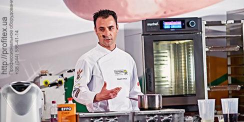 Тепловое оборудование Modular для профессиональной кухни ресторана, кафе. Шоу кухня на сцене конгресса шеф поваров FONTEGRO, Киев. На фото выступление Eduard Xatruch.