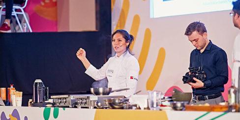 Все виды кухонного оборудования для ресторанов, баров, кафе. Шоу кухня на сцене конгресса шеф поваров FONTEGRO, Киев. На фото выступление Bо Songvisava & Dylan Jones.