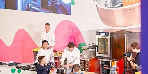 Профессиональные пароконвекционные печи для ресторанов, баров, кафе. Шоу кухня на сцене конгресса шеф поваров FONTEGRO, Киев. На фото выступление Bо Songvisava & Dylan Jones.