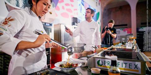 Комплексные услуги в сфере оснащения заведений общепита. Шоу кухня на сцене конгресса шеф поваров FONTEGRO, Киев. На фото выступление Bо Songvisava & Dylan Jones.