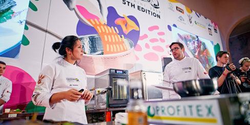 Профессиональное ресторанное оборудование напрокат. Шоу кухня на сцене конгресса шеф поваров FONTEGRO, Киев. На фото выступление Bо Songvisava & Dylan Jones.