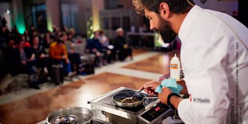 Оснащение кухни бара и ресторана профессиональным оборудованием от PROFITEX. Шоу кухня на сцене конгресса шеф поваров FONTEGRO, Киев. На фото выступление Alessandro Miocchi.