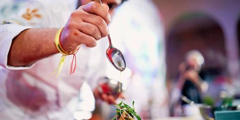 Профессиональное оборудование для кулинарных мастер-классов. Шоу кухня на сцене конгресса шеф поваров FONTEGRO, Киев. На фото выступление Alessandro Miocchi.