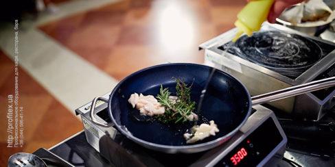 Профессиональные индукционные плиты Hendi для выездных кулинарных мастер-классов. Шоу кухня на сцене конгресса шеф поваров FONTEGRO, Киев. На фото выступление Bruno Verdgu.