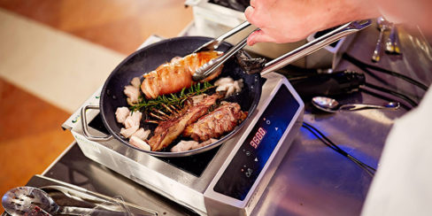 Аренда оборудования для выездных кулинарных мастер-классов. Шоу кухня на сцене конгресса шеф поваров FONTEGRO, Киев. На фото профессиональная индукционная плита Hendi.